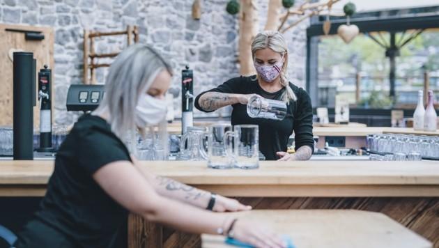 Neben den Gastromitarbeitern müssen nun auch Gäste in Wirtshäusern Mundschutz tragen. (Bild: EXPA/ JFK)