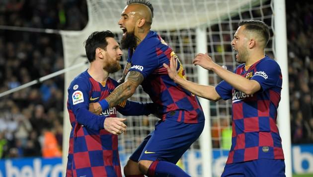 Lionel Messi (li.) und Arturo Vidal (Mitte) (Bild: APA/AFP/LLUIS GENE)