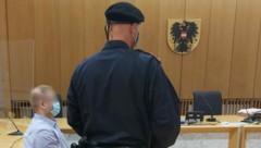 Der Angeklagte (Bild), der im Februar seinen 78-jährigen Vater in Enns erwürgt haben soll, steht am Dienstag, 22. September 2020, in Steyr wegen Mordes vor Gericht. (Bild: APA/KERSTIN SCHELLER)