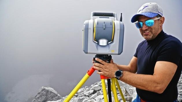 Wolfgang Winkler von der Kelag mit dem Hightech-Scanner, mit dem ein Oberflächenmodell des Eiskar-Gletschers geschaffen wurde. (Bild: Wallner Hannes)