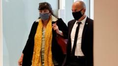 Marika Bret unter Polizeischutz (Bild: AFP)
