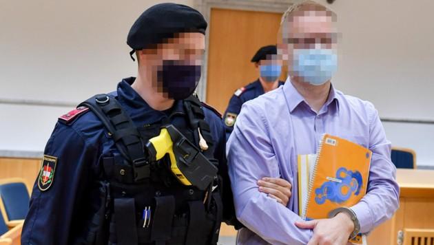 Der 43-jährige Angeklagte beim Mordprozess in Steyr. (Bild: Harald Dostal)