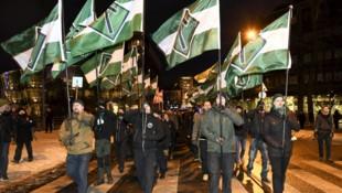 Mitglieder des finnischen Ablegers der Nordischen Widerstandsbewegung bei einem Aufmarsch in Helsinki (Bild: AFP/Lehtikuva/Markku Ulander)