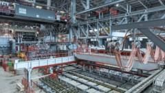 """Die vollautomatisierte CC4-Anlage ist laut Voestalpine """"das neue Herzstück der Stahlproduktion in Donawitz"""". Sie erreicht Gießgeschwindigkeiten von bis zu 1,7 Meter pro Minute, bis zu einer Million Tonnen Stahl pro Jahr werden mit ihr produziert. (Bild: Voestalpine)"""