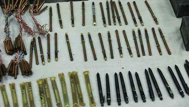 Schießkugelschreiber und Kleb-Bomben wurden von der Polizei in Afghanistan beschlagnahmt. (Bild: AFP)