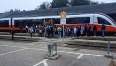 Wer bekommt einen Sitzplatz? Am Dienstagmorgen herrschte am Bahnhof Kühnsdorf enormes Gedränge unter Schülern. (Bild: zVg)