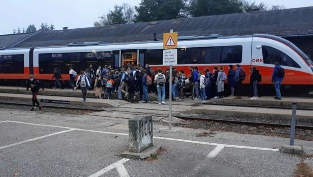 Wer bekommt einen Sitzplatz? Dienstagfrüh herrschte am Bahnhof Kühnsdorf enormes Gedränge unter Schülern. Mittwoch hatte der Zug Verspätung. (Bild: zVg)