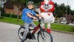 Helmi zeigt, wie das Fahrradfahren richtig funktioniert. (Bild: Rojsek-Wiedergut Uta)