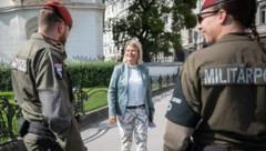 Verteidigungsministerin Klaudia Tanner (ÖVP) und Mitglieder der Militärpolizei in Wien (Bild: APA/BUNDESHEER/DANIEL TRIPPOLT)