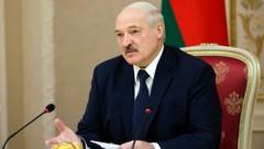 Lukaschenko ließ sich für eine neue Amtszeit vereidigen. (Bild: AP)