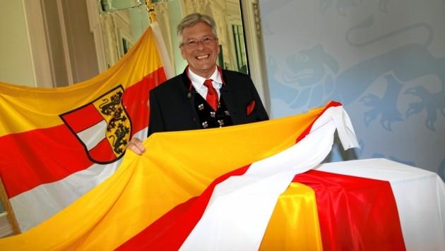 LH Peter Kaiser mit den Fahnen, die es zum Sonderpreis gibt. (Bild: Evelyn HronekKamerawerk)