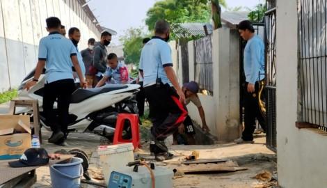 Ermittler untersuchen das Ende des Tunnels, in dem der Häftling fliehen konnte. (Bild: AFP)