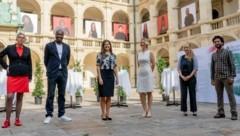 """Soziallandesrätin Doris Kampus (Mitte) eröffnete mit Sandra Kucovan (GKP, links außen) und Portraitierten am Mittwoch die Ausstellung """"SteirerInnen mit Migrationsgeschichte"""" im Landhaushof in Graz. (Bild: Peter Drechsler)"""
