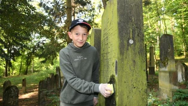 Leon war mit Feuereifer bei der Sache. Er besuchte den Friedhof zum ersten Mal. (Bild: Huber Patrick)