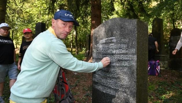 Initiator Johannes Reiss erläutert den Mädchen und Buben die hebräischen Inschriften. (Bild: Huber Patrick)