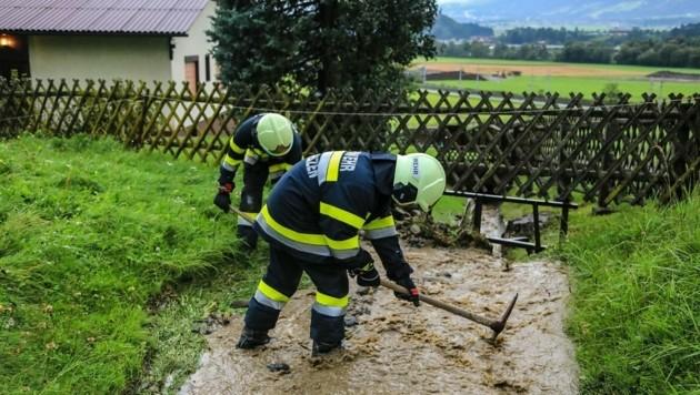 Die Feuerwehr konnte das Wasser vom Wohnhaus wegleiten. (Bild: Thomas Zeiler)