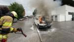 Unverletzt konnte ein 76-jähriger Pkw-Lenker sein brennendes Auto verlassen. (Bild: zoom.tirol)