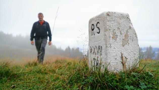 294 Grenzmarkierungen finden sich zwischen dem Mallestiger Mittagskogel und dem Dreiländereck. Martin Ladinig auf der Blekowa Alm. (Bild: Wallner Hannes)