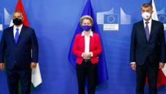 Umringt von Hardlinern: Kommissionschefin von der Leyen mit Ungarns Premier Orban (li.) und seinem tschechischen Kollegen Babis (Bild: ASSOCIATED PRESS)