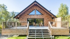 Dieses Haus besteht aus Holz und (Innen-)Wänden aus Stroh, die mit Lehm verputzt wurden. Bauphysikalisch bekommt das Bestnoten. (Bild: Valentin Weinhaeupl)