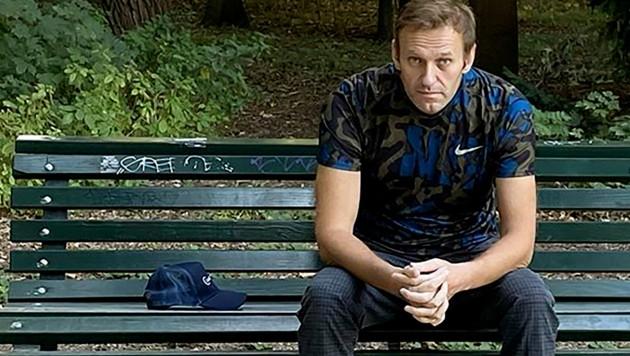 Nach seiner Entlassung posierte der russische Oppositionelle Alexej Nawalny für ein Foto auf einer Berliner Parkbank. (Bild: AFP)