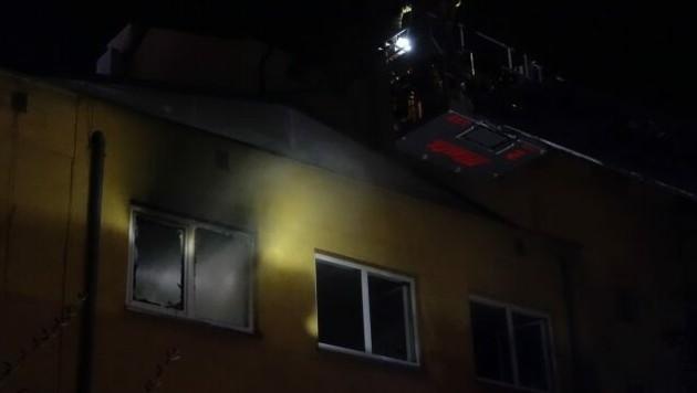 Im Obergeschoß des Hotels sollte Sergej E. verbrennen. (Bild: Berufsfeuerwehr Linz)