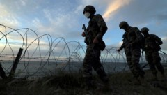Südkoreanische Soldaten patrouillieren auf der Insel Yeonpyeong. (Bild: AP)