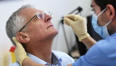 Franz Allerberger während eines Antigen-Schnelltests in der Klinik Favoriten (ehemals Kaiser-Franz-Josef Spital). (Bild: APA/Robert Jäger)