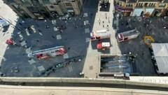 Auch am Stephansplatz fuhren mehrere Fahrzeuge der Feuerwehr vor, Einsatzkräfte eilten in die Station. (Bild: zVg)