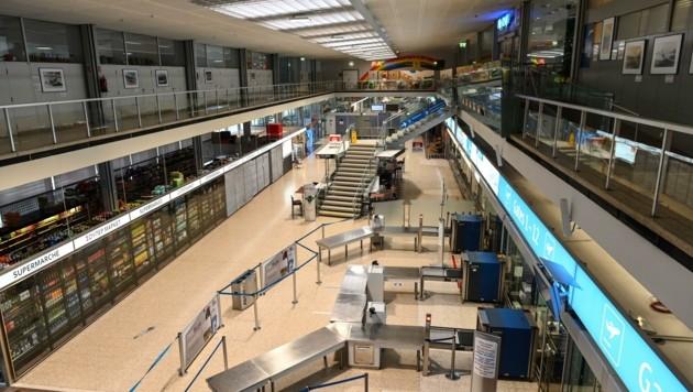 """Totenstille herrschte am Mittwoch am Innsbrucker Flughafen. Wir waren die einzigen """"Gäste"""". (Bild: LIEBL Daniel   zeitungsfoto.at)"""