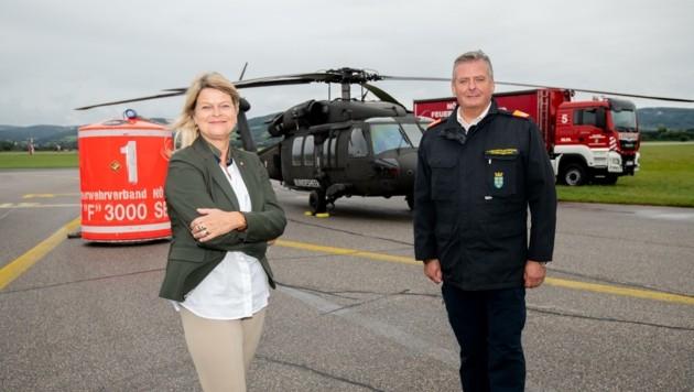 Verteidigungsministerin Tanner und Feuerwehrchef Fahrafellner sorgen für den Ernstfall vor (Bild: Imre Antal)