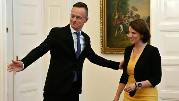 Europaministerin Karoline Edtstadler wurde vom ungarischen Außenminister Peter Szijjarto in Budapest empfangen. (Bild: AP)