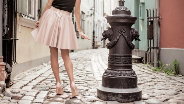 Symbolbild: In Frankreich wurde eine Studentin von drei Männern attackiert, weil sie einen Rock trug. (Bild: stock.adobe.com)