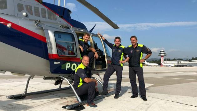 Die beiden Kursteilnehmer Benjamin Struger und Pascal Mühleder mit Ausbildner Patrick Fritz und Ottmar Karner, Fluglehrer und Leiter der Flugeinsatzstelle Klagenfurt (von links). (Bild: BMI/Flugpolizei)