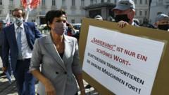 SPÖ-Chefin Pamela Rendi-Wagner bei einer Demonstration von gekündigten Arbeitnehmern. (Bild: APA/Robert Jäger)
