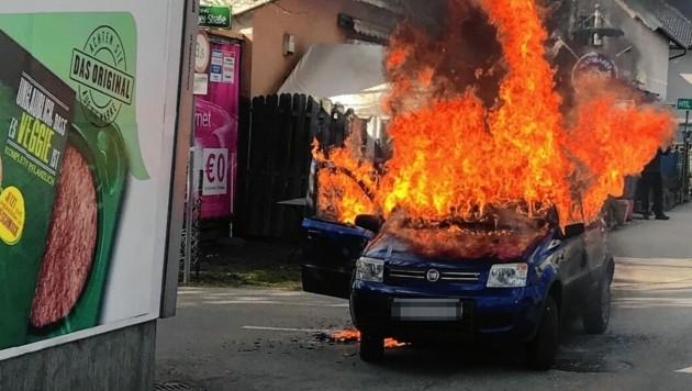 In der Doktor-Karl-Lueger-Straße in Graz ging der kleine Fiat Panda in Flammen auf! (Bild: Berufsfeuerwehr Graz)