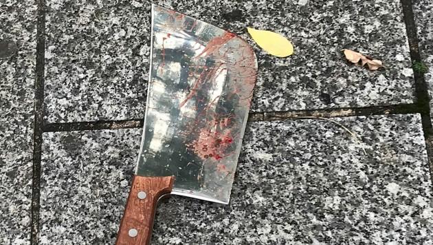 Mit diesem Beil ging der Angreifer auf die beiden Opfer los. (Bild: AP)