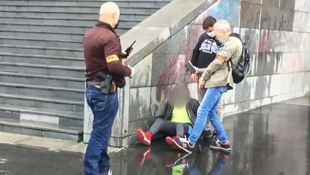 Die Festnahme eines Verdächtigen nach dem Messerangriff (Bild: APA/AFP/Laura CAMBAUD)