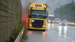 Bei Volders geriet der Reifen des Lkw in Brand. (Bild: zoom.tirol)