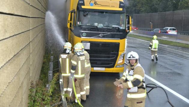 Die Feuerwehren Volders und Schwaz löschten das Feuer. (Bild: zoom.tirol)