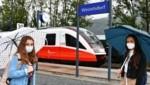 Leonie und Marlene strandeten am Freitag am Bahnhof in Weizelsdorf. Statt vier Waggons war nur einer gekommen. Fazit: Ein Gerangel um die wenigen Plätze im Zug. (Bild: Dieter Arbeiter)