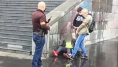 Die Szene zeigt die Festnahme eines Verdächtigen. (Bild: AFP)