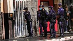 Um knapp nach 22 Uhr marschierte die Polizei in die sogenannte Bogenmeile in Innsbruck ein, um nachzusehen, ob sich noch Gäste in den Lokalen befanden. (Bild: zeitungsfoto.at/Daniel Liebl)