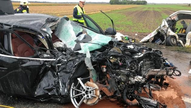 Die Frontpartien der beiden Fahrzeuge wurden völlig zerfetzt. (Bild: Feuerwehr Angern)