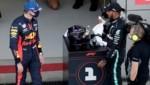 Lewis Hamilton (re.) nach dem Qualifying mit Max Verstappen (Bild: AP)