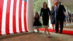 Vor Stars and Stripes: Donald Trump streute seiner favorisierten Richterin Amy Coney Barrett im Garten des Weißen Hauses Rosen. (Bild: 2020 Getty Images)