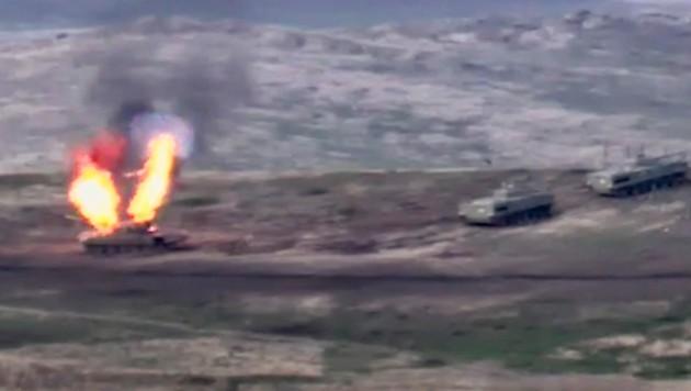 Armenien zerstört in der Unruheregion Berg-Karabach aserbaidschanische Militärpanzer. (Bild: AP/Armenian Defense Ministry)