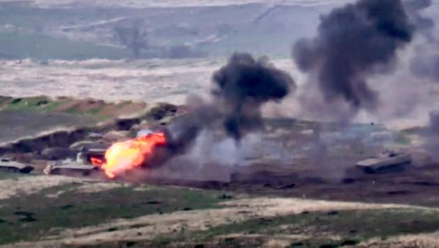 Beide Seiten gaben sich gegenseitig die Schuld für die Gefechte in der aserbaidschanischen Unruheregion Berg-Karabach. (Bild: AP/Armenian Defense Ministry)