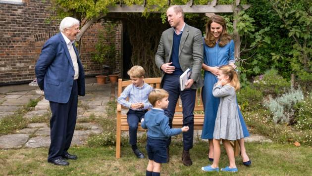 Im Garten des Kensington-Palastes trafen George, Charlotte und Louis nun gemeinsam mit Mama Kate und Papa William eine echte Legende - den Naturforscher Sir David Attenborough. (Bild: AP)