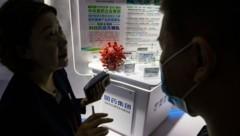 """""""Essenzielle"""" Angestellte erhielten eine noch nicht erprobte Impfung gegen das Coronavirus - einer der Hersteller ist die Sinopharm-Tochter CNBG. (Bild: AP)"""